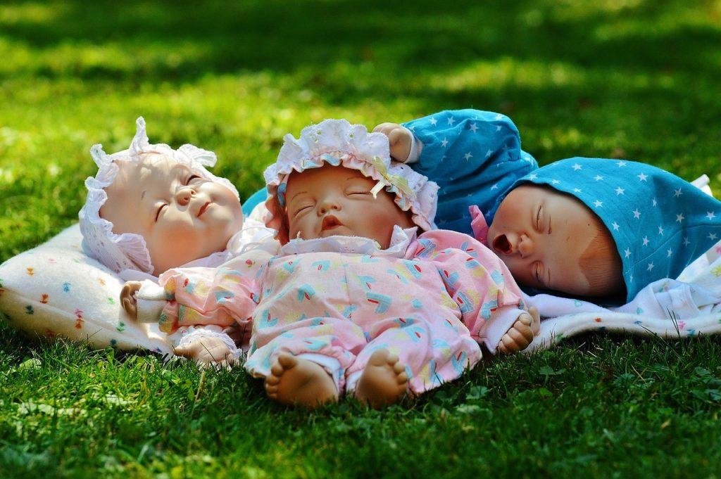 pisilő babák
